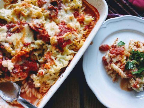 makaron zapiekany z kalafiorem i pomidorami