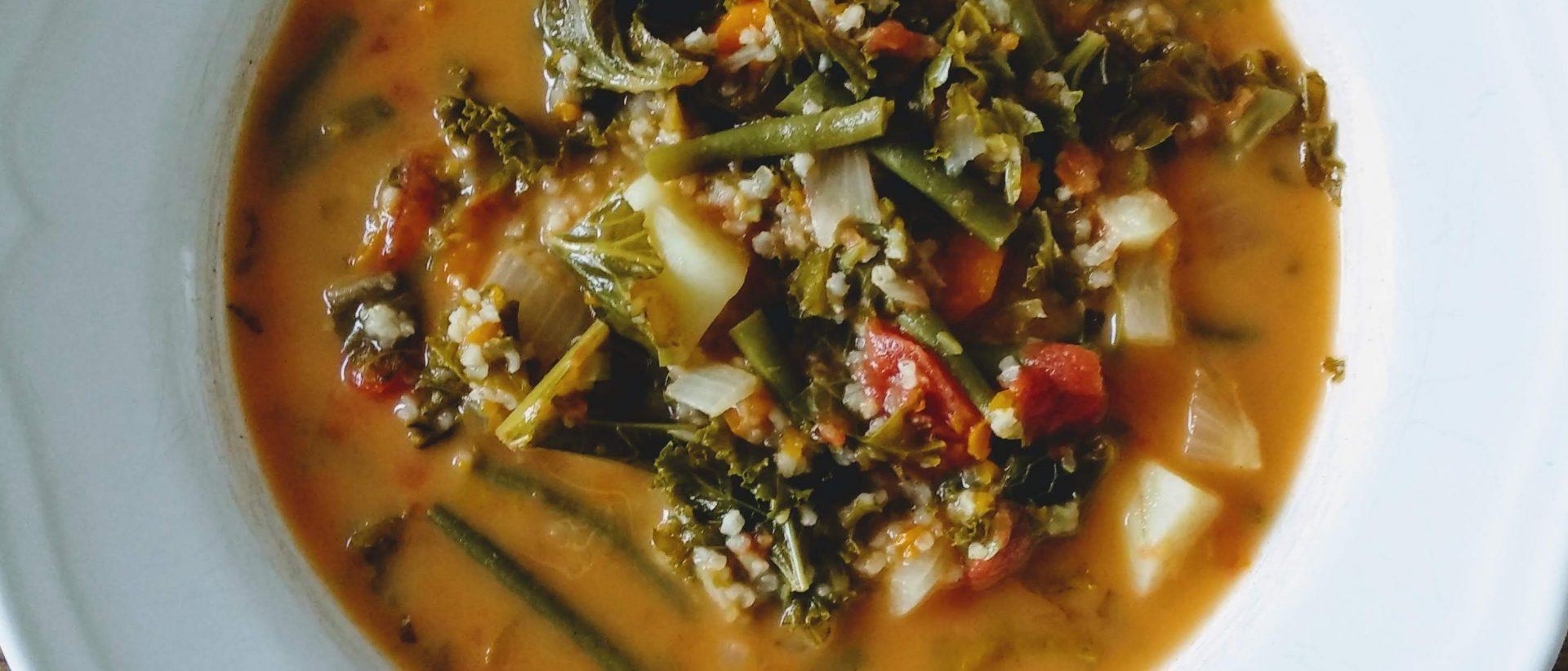Letnia zupa z fasolką i jarmużem