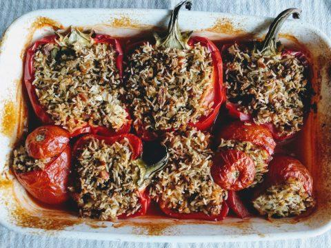 Najlepsze pieczone warzywa, papryka, pomidor, ryż z orzechami i natką pietruszki