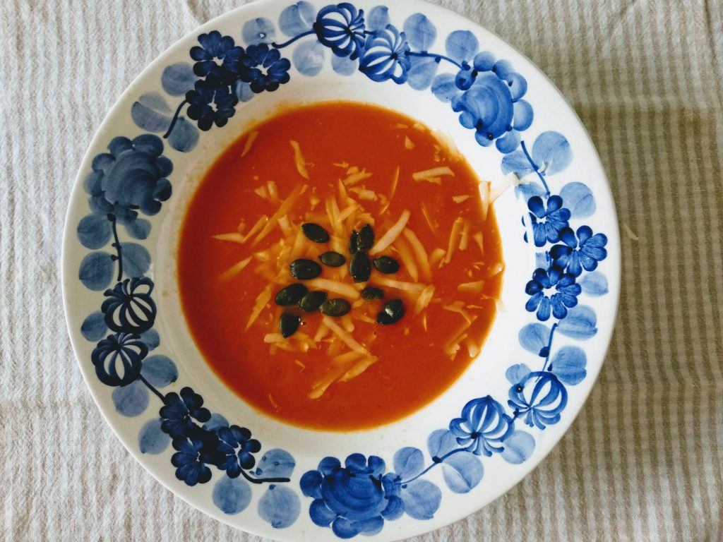 Zupa krem z papryki i jabłek z parmezanem i pestkami dyni