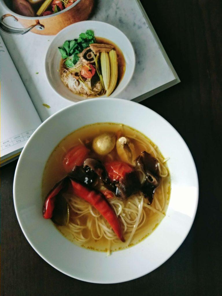 zupa, bulion, obiad, papryka, grzyby, pieczarka, makaron, książka, stół, miska, garnek, pomidor