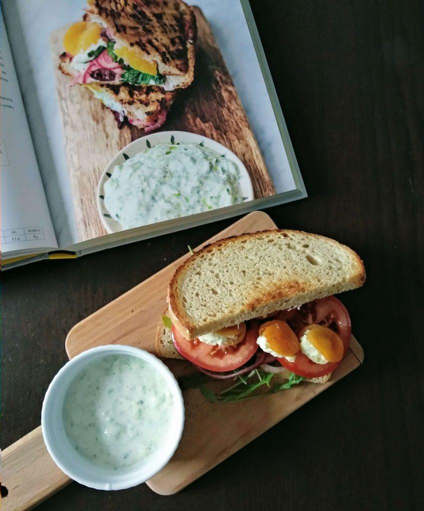 chleb, warzywa, pomidor, sos, jogurt, deska, stół, książka, przepis, zdjęcie, rukola, ser, obad, lunch,