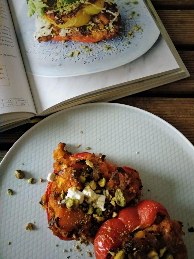 papryka, ser feta, pistacje, książka, talerz, stół, przepis, obiad
