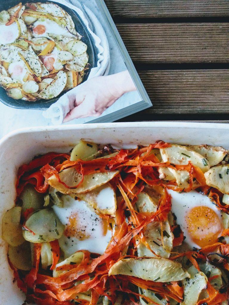 obiad, książka, naczynie, marchewka, jajka, seler, ziemniaki, przyprawy, stół, ręka,